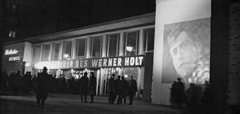 """Zentralbild Franke Me 4.2.65 Premiere im """"Kosmos"""": Die Abenteuer des Werner Holt Am 4.2.65 fand im Berliner Filmtheater """"Kosmos"""" (unser Foto) """"Die Abenteuer des Werner Holt"""" statt. Der Film ist frei nach dem ersten Band des gleichnamigen Romans von Dieter Noll gestaltet worden."""
